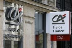 Les valeurs bancaires, avec Crédit agricole en tête, mènent le mouvement à la baisse à mi-séance jeudi à la Bourse de Paris. /Photo d'archives/REUTERS/ Jacky Naegelen