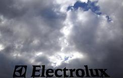 Le gouvernement italien a signé jeudi avec Electrolux un accord qui sauvegarde les quatre sites de production du groupe suédois dans le pays en échange de concessions des syndicats et de crédits d'impôts. /Photo prise le 28 février 2014/REUTERS/Stefano Rellandini