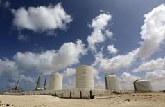 Нефтяной терминал в ливийском порту Зуэйтина, 7 апреля 2014 года. Цены на нефть растут в связи с напряженной ситуацией на Украине, но повышение добычи в Ливии сдерживает рост. REUTERS/Esam Omran Al-Fetori