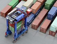 L'excédent commercial a diminué en mars par rapport au même mois de l'an dernier, en raison d'un recul des exportations et d'une hausse des importations. Il s'établit à à 17,1 milliards d'euros, un chiffre plus important que prévu. /Photo d'archives/REUTERS/Fabian Bimmer