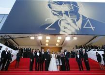 """El filme """"How to Train Your Dragon"""" compartió el centro de escena en el festival de cine de Cannes con una película turca que dura mas de tres horas, cita a Shakespeare y emplea una sonata de Schubert como banda sonora. En la imagen de izquierda a derecha, el presidente ejecutivo de  Dreamworks, Jeffrey Katzenberg, y los miembros del elenco Kit Harington, Jay Baruchel, el director Dean DeBlois, America Ferrera, el productor Bonnie Arnold, Cate Blanchett y Djimon Hounsou posan sobre el alfombra roja al llegar a  la proyección """"How to Train Your Dragon 2"""" el 16 de mayo del 2014.  REUTERS/Eric Gaillard"""