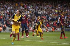 Atletico Madrid's Diego Godin (L) celebrates after scoring against Barcelona during their Spanish first division soccer match at Camp Nou stadium in Barcelona May 17, 2014. REUTERS/Marcelo del Pozo