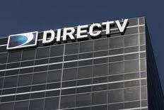 Le rachat de l'opérateur de télévision par satellite DirecTV par AT&T pour 48,5 milliards de dollars (35,4 milliards d'euros) vient confirmer la tendance à la convergence de la téléphonie mobile et du marché de la télévision aux Etats-Unis. /Photo prise le 18 mai 2014/REUTERS/Jonathan Alcorn  (UNITED STATES) - RTR3PQ2L