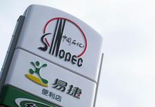 Логотип Sinopec на АЗС в Пекине, 16 сентября 2011 года. Крупнейшая в РФ нефтехимическая компания Сибур, совладельцем которой является попавший под санкции США бизнесмен Геннадий Тимченко, договорилась о создании второго по счету СП по производству каучука с китайской Sinopec, сообщили компании. REUTERS/Sean Yong