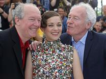 "Directors Luc (L) and Jean-Pierre Dardenne (R), cast member Marion Cotillard pose during a photocall for the film ""Deux jours, une nuit"" (Two Days, One Night) in competition at the 67th Cannes Film Festival in Cannes May 20, 2014.    REUTERS/Yves Herman"