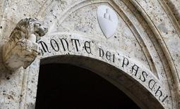 Les actionnaires de Banca Monte dei Paschi di Siena ont donné leur feu vert mercredi à une augmentation de capital de cinq milliards d'euros destinée à absorber toute perte potentielle découlant des bilans de santé imposés cette année aux banques européennes. /Photo d'archives/REUTERS/Stefano Rellandini