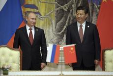 Presidente russo, Vladimir Putin, e presidente chinês, Xi Jinping, durante cerimônia de assinatura de contrato, em Xangai. China e Rússia assinaram um acordo de 400 bilhões de dólares para fornecimento de gás nesta quarta-feira. 21/05/2014.  REUTERS/Alexei Druzhinin/RIA Novosti/Kremlin