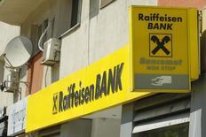 Отделение Raiffeisen Bank в Бухаресте 5 июня 2013 года. Прибыль австрийского банка Raiffeisen Bank International в первом квартале 2014 года возросла до 161 миллиона евро ($220 миллионов) со 157 миллионов евро годом ранее, значительно превысив ожидавшиеся аналитиками 124 миллиона евро. REUTERS/Bogdan Cristel