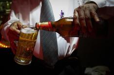 Бармен наливает в кружку пиво Haywards 5000 в ресторане в Бомбее 28 августа 2013 года. Пивоваренная компания SABMiller сообщила в четверг о росте годовой прибыли всего на 1 процент, объяснив слабый показатель отрицательным влиянием валютных курсов, и ждет сохранения непростых условий для торговли в течение еще одного года. REUTERS/Danish Siddiqui