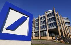 Deutsche Bank a défendu son projet d'augmentation de capital de huit milliards d'euros à l'occasion de l'assemblée générale annuelle tenue jeudi, moins d'une semaine après l'annonce de cette décision inattendue. /Photo d'archives/REUTERS/Yves Herman