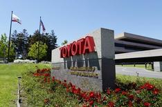 Toyota annonce jeudi le rappel de 466.000 véhicules un peu partout dans le monde, mais surtout aux Etats-Unis, en raison d'une défaillance de la pédale de frein sur la berline Lexus GS et du système de fixation de la roue de secours sur la fourgonnette Toyota Sienna. /Photo prise le 28 avril 2014/REUTERS/Kevork Djansezian