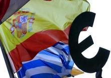 Standard & Poor's a relevé la note de l'Espagne et Fitch Ratings a fait de même avec celle de la Grèce. /Photo d'archives/REUTERS/Yves Herman