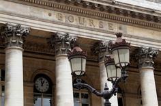 Les principales Bourses européennes évoluaient vendredi en ordre dispersé vers la mi-séance, les investisseurs faisant preuve de prudence dans l'attente des résultats des élections européennes de cette fin de semaine et du scrutin présidentiel de dimanche en Ukraine. Vers 12h00, le CAC 40 parisien prenait modestement 0,1% dans un volume d'activité relativement faible, le Dax allemand progressait de 0,26% tandis qu'à Londres, le Footsie reculait de 0,25%. /Photo d'archives/REUTERS/John Schults
