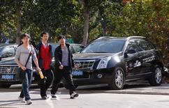 Une concession Cadillac à Pékin. Les Etats-Unis ont remporté vendredi une victoire contre la Chine dans le dossier des droits de douanes supplémentaires prélevès sur les importations de véhicules américains, a annoncé l'Organisation mondiale du commerce. /Photo d'archives/REUTERS/Petar Kujundzic