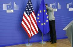 Angela Merkel s'est efforcée vendredi de dissiper les craintes des Allemands au sujet du Partenariat transatlantique de commerce et d'investissement (TTIP) que l'Union européenne négocie avec les Etats-Unis.  /Photo d'archives/REUTERS/François Lenoir