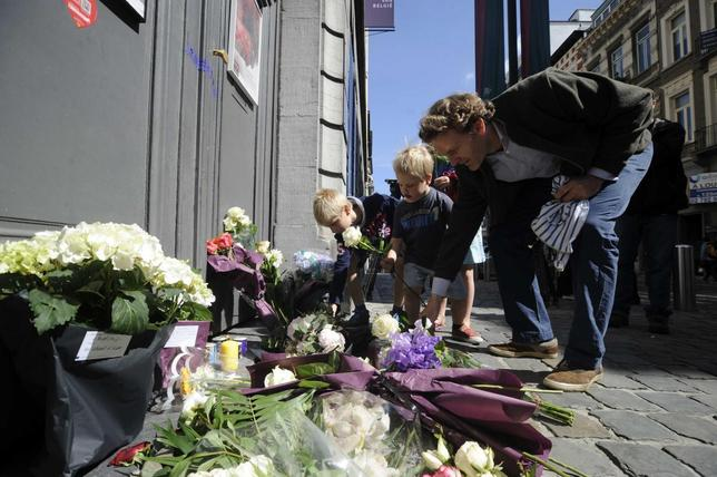 People place flowers at the entrance of the Jewish Museum, the site of Saturday's shooting, in central Brussels May 25, 2014.  REUTERS/Eric Vidal