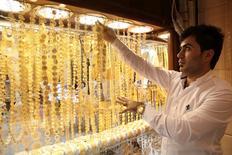 Владелец ювелирного магазина в Эрбиле, 16 марта 2014 года. Цены на золото стабильны ниже $1.300 за унцию, но могут вырасти по итогам президентских выборов на Украине. REUTERS/Azad Lashkari