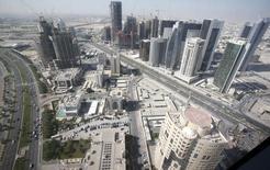 Vue de Doha. Le Qatar va autoriser les entreprises cotées à la Bourse de Doha à relever à 49% le plafond des participations détenues par des investisseurs étrangers. /Photo d'archives/REUTERS/Fadi Al-Assaad