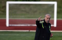 Spanish national soccer team head coach Vicente del Bosque gestures during a training session in preparation for the 2014 World Cup in Brazil, at Soccer City sports camp in Las Rozas, near Madrid, May 26, 2014. REUTERS/Sergio Perez (SPAIN - Tags: SPORT SOCCER WORLD CUP) - RTR3QZ34