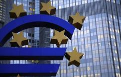 Символ валюты евро у здания ЕЦБ во Франкфурте-на-Майне 5 ноября 2013 года. Европейский центробанк обсудит на следующей неделе необходимые меры поддержки восстановления в еврозоне, включая сокращение ставки, сказал во вторник член управляющего совета ЕЦБ Эвальд Новотны. REUTERS/Kai Pfaffenbach