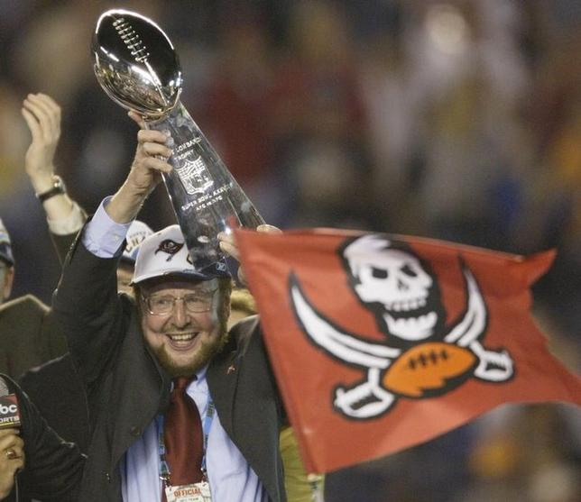Malcolm Glazer, owner of the Tampa Bay Buccaneers, holds the VinceLombardi trophy aloft after his team won Super Bowl XXXVII at QualcommStadium in San Diego, January 26, 2003. REUTERS/Mike Segar