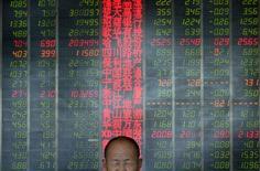 Инвестор в брокерской конторе в Тайюане, провинция Шаньси, 9 мая 2013 года. Азиатские фондовые рынки, кроме Японии, снизились в четверг под действием фиксации прибыли. REUTERS/Jon Woo