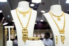 Золотые украшения в магазине на базаре в Дубае, 17 апреля 2013 года. Цены на золото снизились до 16-недельного минимума за счет слабого спроса на физическом рынке Китая и укрепления доллара. REUTERS/Jumana El Heloueh