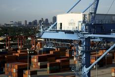 Порт в Новом Орлеане на реке Миссисипи, 23 июня 2010 года. Экономика США сократилась в первом квартале 2014 года впервые за три года, не выдержав напора суровой зимы, но тем не менее уже наблюдаются признаки восстановления активности. REUTERS/Sean Gardner