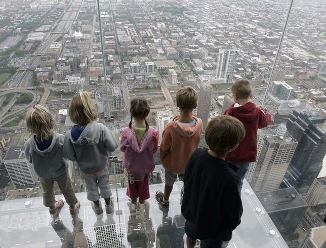5月29日、米シカゴの超高層ビル「ウィリス・タワー」の103階にある展望デッキで、床の保護コーティングにひびが入る出来事があった。写真は同タワーの展望台。2009年7月撮影(2014年 ロイター/Frank Polich)