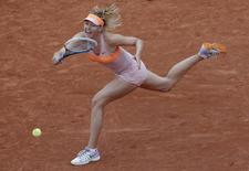 Maria Sharapova of Russia returns a forehand to Samantha Stosur of Australia during their women's singles match at the French Open tennis tournament at the Roland Garros stadium in Paris June 1, 2014.      REUTERS/Jean-Paul Pelissier