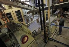 L'activité dans le secteur manufacturier en France s'est de nouveau contractée en mai après avoir enregistré en mars et avril sa première croissance depuis la mi-2011, selon les résultats définitifs de l'enquête mensuelle auprès des directeurs d'achat de Markit /Photo d'archives/REUTERS/Jean-Paul Pélissier