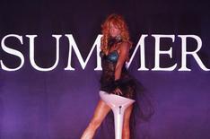 Модель на модном показе на выставке Summer Fair в Москве 2 июля 2010 года. Рабочая неделя в Москве будет знойной, обещают синоптики. REUTERS/Sergei Karpukhin