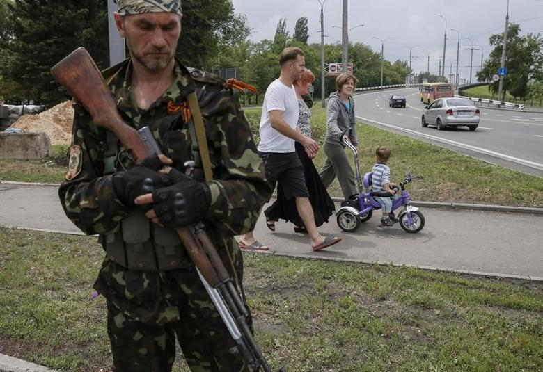 A pro-Russian rebel from the Vostok Battalion stands guard at checkpoint in Donetsk June 1, 2014. REUTERS/Gleb Garanich