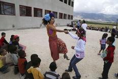 Members of Clowns Without Borders entertain Syrian refugee children in Jab Janine, West Bekaa June 2, 2014.  REUTERS/Sharif Karim