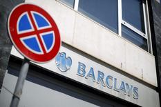 Дорожный знак у отделения банка Barclays в центре Рима 8 мая 2014 года. Barclays Plc сократил на этой неделе несколько сотен рабочих мест в своем инвестиционном банке в рамках плана сокращения штата на 7.000 за три года для снижения расходов, сообщили во вторник источники, знакомые с ситуацией. REUTERS/Max Rossi