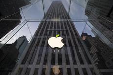 En la imagen, el logo de Apple en una tienda en Nueva York el 22 de abril de 2014. Apple Inc permitirá que los desarrolladores de software incluyan transacciones en moneda virtual en sus aplicaciones, allanando el camino para que aparezcan nuevas formas de dinero en los dispositivos iPhone y iPad. REUTERS/Brendan McDermid