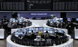 Les Bourses européennes ont légèrement accentué leurs pertes mercredi à mi-séance, dans un climat d'attentisme à la veille d'une réunion cruciale de la Banque centrale européenne (BCE). Vers 12h30, le CAC 40 recule de 0,25% à Paris, le Dax recule de 0,19% à Francfort et le FTSE rétrograde de 0,26% à Londres. /Photo prise le 4 juin 2014/REUTERS/Remote