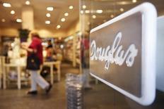 L'Autorité de la concurrence a autorisé la prise de contrôle de la chaîne française de parfumerie Nocibé par l'allemand Douglas, contrôlé par le fonds Advent, à condition que la nouvelle entité se sépare de 38 points de vente. Ce rapprochement donnera naissance au plus grand réseau de parfumerie en France devant l'enseigne Sephora, détenue par LVMH, et Marionnaud, racheté en 2005 par le groupe chinois Watson. /Photo d'archives/REUTERS/Alex Domanski