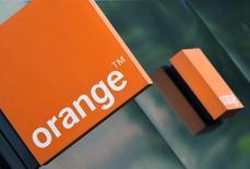 Le titre Orange figure au rang des valeurs à suivre ce jeudi à la Bourse de Paris, alors que, selon deux sources proches de la situation, le groupe télécoms a mandaté les banques Lazard et Crédit Suisse pour étudier l'opportunité d'un rachat de Bouygues Telecom, filiale du groupe Bouygues. /Photo d'archives/REUTERS/Toby Melville