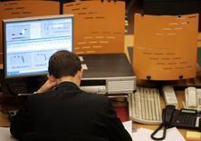 Трейдер на торгах ММВБ в Москве 8 октября 2008 года. Российские фондовые индексы уже несколько сессий стабилизируются у сложившихся уровней, а участников торгов продолжает волновать проблема дефицита акций ВТБ на рынке репо. REUTERS/Alexander Natruskin