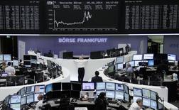 Les principales Bourses de la zone euro accélèrent leur hausse jeudi après-midi après l'annonce de Mario Draghi, président de la Banque centrale européenne. Vers 14h35, le CAC 40 gagne 1,51% à 4.569,07 points, la Bourse de Francfort progresse de 0,71%, celle de Milan de 2,32% et Madrid s'octroie 1,63%. L'indice Euro Stoxx 50 prend 1,46%. /Photo prise le 5 juin 2014/REUTERS/Remote