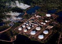 FOTO DE ARCHIVO - Vista aérea del oleoducto Caño Limón de Colombia. 23 julio, 2001. Un ataque con explosivos atribuido a la guerrilla izquierdista paralizó el jueves el bombeo de petróleo por el oleoducto Caño Limón-Coveñas, el segundo más importante de Colombia, informó el jueves una fuente de la petrolera estatal Ecopetrol. REUTERS