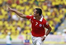 Jogador chileno Alexis Sánchez ao comemorar gol marcado contra a Colômbia em partida das eliminatórias para a Copa do Mundo, em Barranquilla, na Colômbia.  11/10/2013.  REUTERS/John Vizcaino
