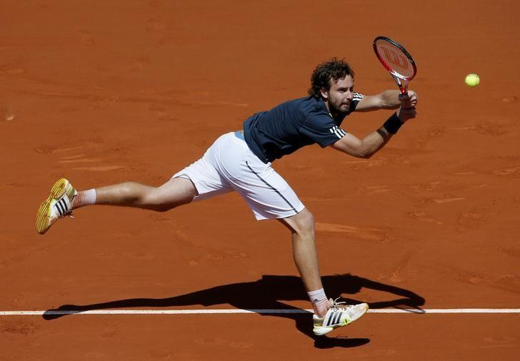Ernests Gulbis of Latvia returns the ball to Novak Djokovic of Serbia during their men's semi-final match at the French Open tennis tournament at the Roland Garros stadium in Paris June 6, 2014.      REUTERS/Gonzalo Fuentes