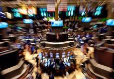 El piso de operaciones de la Bolsa de Valores de Nueva York. 1 noviembre, 2007. Los índices referenciales de Wall Street, S&P 500 y Dow Jones, cerraron el viernes nuevamente en máximos históricos tras un alentador reporte de empleo de mayo, que fue la más reciente señal de que la economía estadounidense se está recuperando.  REUTERS/Shannon Stapleton