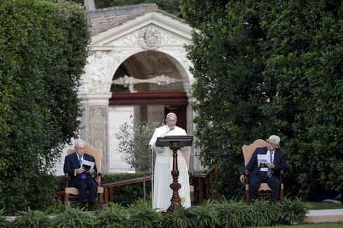Pope says Israelis, Palestinians must seek peace 'undaunted in dialogue'