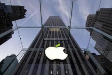 Apple est l'une des valeurs à suivre ce lundi à Wall Street. Annoncé en avril, le fractionnement de l'action du fabricant de l'iPod, à hauteur de sept pour une, entre en vigueur lundi. Apple est la quatrième société du S&P-500 à annoncer une division du nominal de son action cette année. /Photo prise le 22 avril 2014/REUTERS/Brendan McDermid