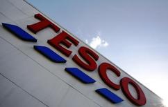 Tesco Bank, la filiale de services financiers du premier distributeur britannique, lance son premier compte chèques dans le but de faire pièce aux grandes banques du Royaume Uni et de rameuter le chaland dans les supermarchés de sa société-mère. /Photo prise le 15 avril 2014/REUTERS/Luke MacGregor