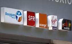 Orange perd 2,03% à mi-séance, soit la plus forte baisse du CAC 40, sur des prises de bénéfice mais reste en tête des progressions des 40 valeurs depuis le début de l'année (+40%) alors que le marché bruisse de rumeurs de consolidation des télécoms en Europe. /Photo prise le 16 mai 2014/REUTERS/Charles Platiau