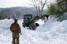 En la imagen un miembro de las Fuerzas de Defensa de Japón está observando un camión removedor de nieve en la ciudad de Marumori, 18 de febrero de 2014. La oficina meteorológica de Japón dijo el martes que la aparición del fenómeno climático El Niño, que suele estar ligado a fuertes lluvias y sequías en diferentes partes del mundo, está cada vez más cerca. REUTERS/Japan Ground Self-Defense Force/Handout via Reuters